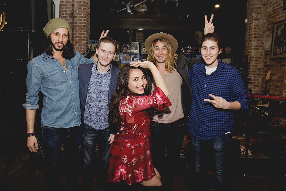 americana-lounge-band-in-funny-cute-pose2