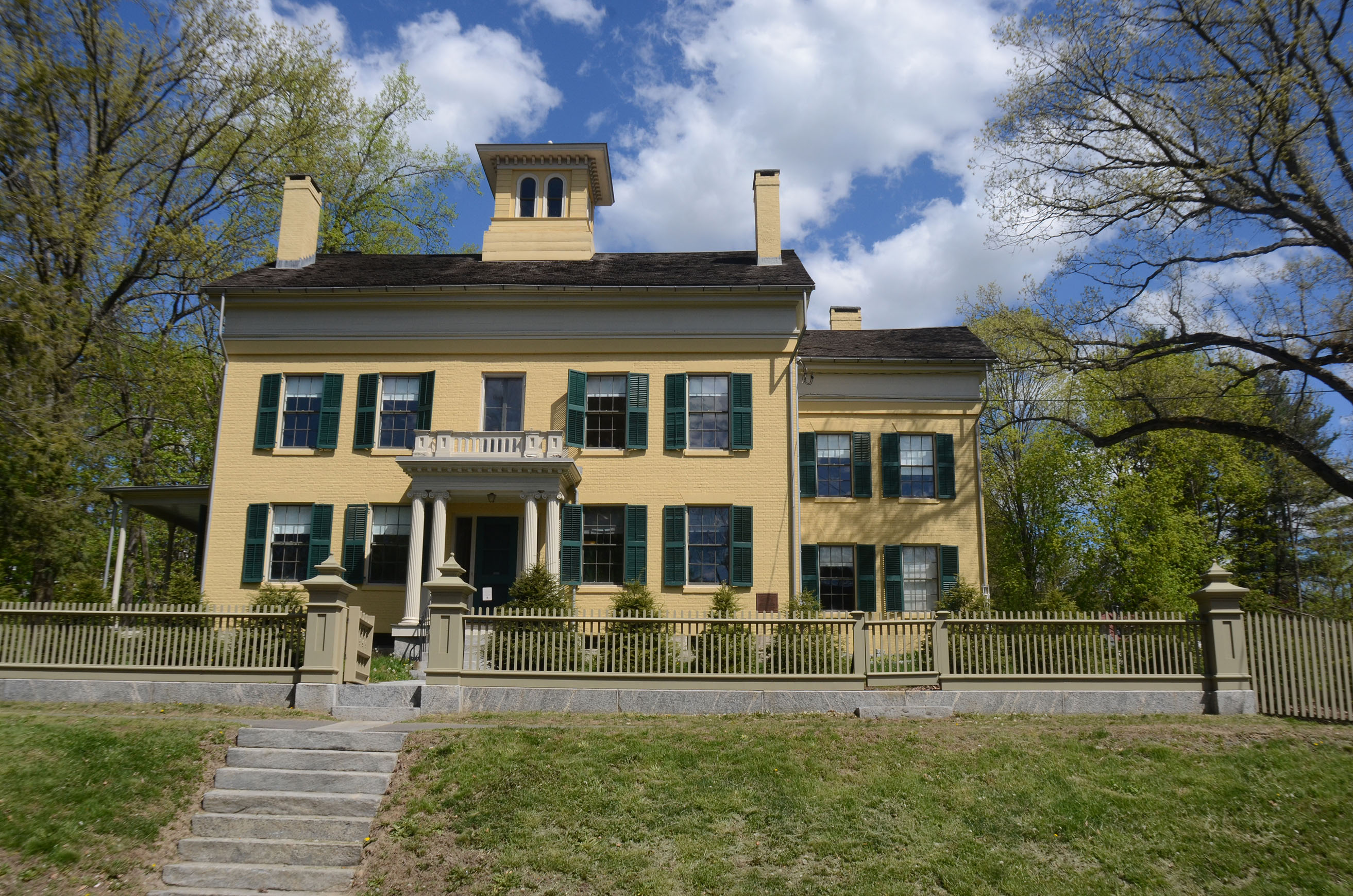 a history of emily dickinson born in amherst massachusetts